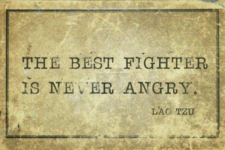Photo pour Le meilleur combattant n'est jamais en colère - citation de l'ancien philosophe chinois Lao Tzu imprimée sur du carton vintage grunge - image libre de droit