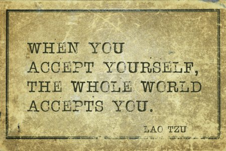 Photo pour Quand vous vous acceptez - citation de l'ancien philosophe chinois Lao Tzu imprimée sur du carton vintage grunge - image libre de droit
