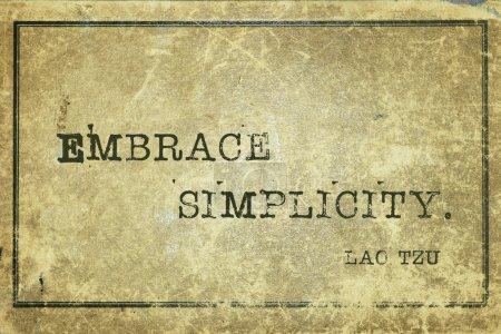 Photo pour Adoptez la simplicité - citation de l'ancien philosophe chinois Lao Tzu imprimée sur du carton vintage grunge - image libre de droit