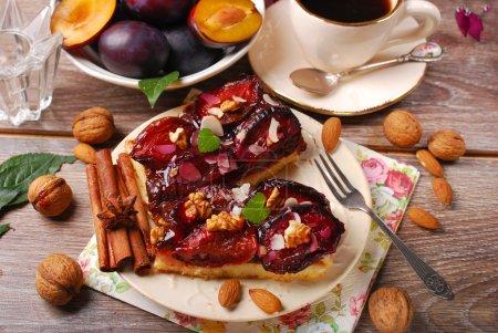 morceau de gâteau aux prunes aux noix et aux épices