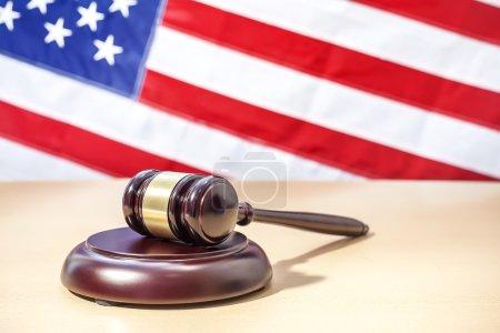 Photo pour Gavel sur fond de drapeau américain - image libre de droit