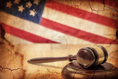 Photo pour Gavel sur fond de drapeau américain, à l'ancienne - image libre de droit