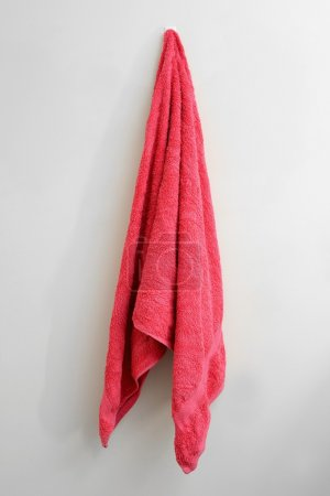 Photo pour Plan rapproché d'une serviette suspendue - image libre de droit