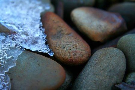 Photo pour Rochers avec formation de glace sur eux - image libre de droit
