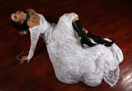 Photo pour Une femme sur un plancher Taché dans une robe de mariée - image libre de droit