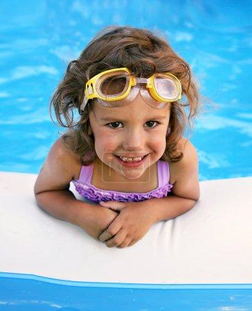 Photo pour Une petite fille dans une piscine - image libre de droit