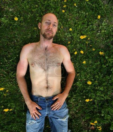 Homme entouré de mauvaises herbes