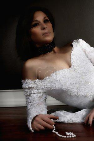 Photo pour Une mariée en robe blanche sur un plancher de bois franc - image libre de droit
