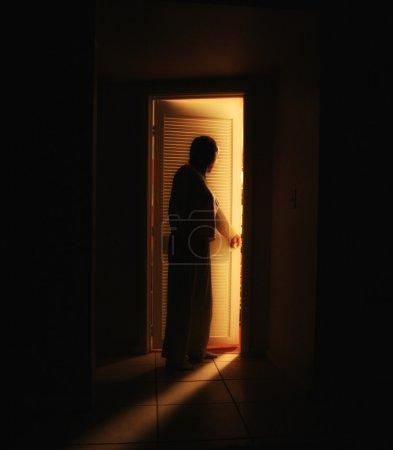 Photo pour Une personne devant une porte de chambre à coucher à la maison - image libre de droit
