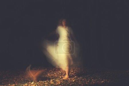 Photo pour Une femme dans une forêt très brumeuse nuit - image libre de droit