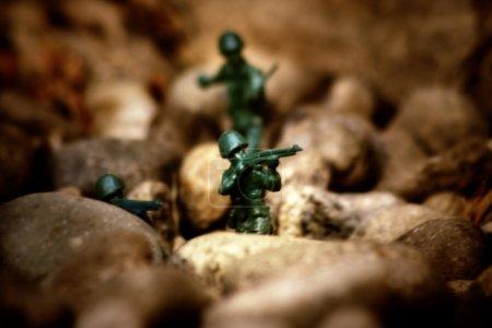 Photo pour Soldats miniatures jouet dans le désert scène de bataille . - image libre de droit