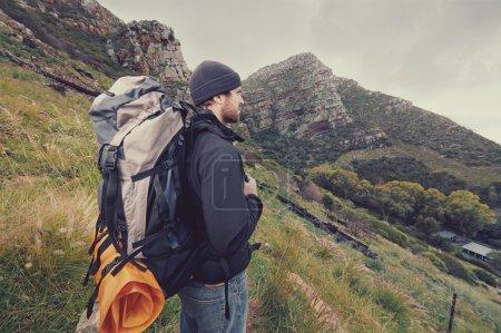 Photo pour Homme d'aventure randonnée montagne sauvage avec sac à dos, vacances de survie outdoor lifestyle - image libre de droit