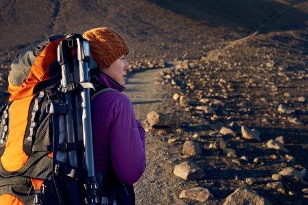 Photo pour Jeune femme asiatique randonnée en Islande avec sac à dos et équipement de plein air en vacances vacances voyage aventure - image libre de droit