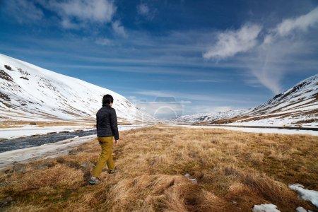 Foto de Actividad de ocio al aire libre en la aventura de vacaciones de invierno paisaje - Imagen libre de derechos