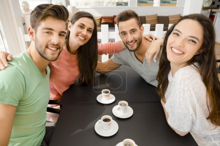 Photo pour Amis passer une bonne journée au café local - image libre de droit