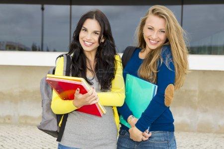 Photo pour Deux étudiants adolescents heureux et beaux à l'école - image libre de droit