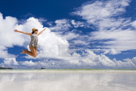 Photo pour Belle femme sautant sur la magnifique plage de Praslin, Seychelles - image libre de droit