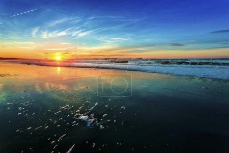 Photo pour Belle orange coucher de soleil à la plage - image libre de droit