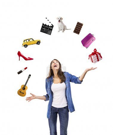 Photo pour Femme heureuse essayant d'attraper quelque chose qui tombe du ciel - image libre de droit
