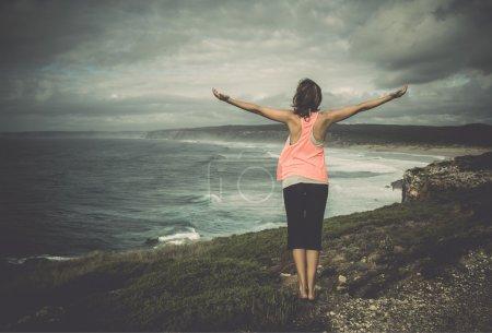 Photo pour Belle jeune femme jouissant de la liberté - image libre de droit