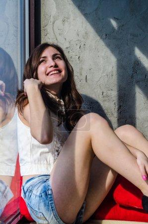 Photo pour Bonne humeur jeune teen girl en short en Jean - image libre de droit
