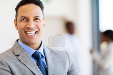 Photo pour Portrait de l'homme d'affaires prospère dans le bureau moderne - image libre de droit