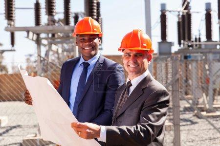 Photo pour Portrait de succès gestionnaires industriels tenant le plan à la sous-station - image libre de droit