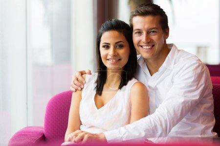 Paar entspannt sich im Café