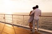 Dvojice stojící na palubě lodi