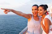 """Постер, картина, фотообои """"женщины, весело проводящие время на круизном корабле"""""""