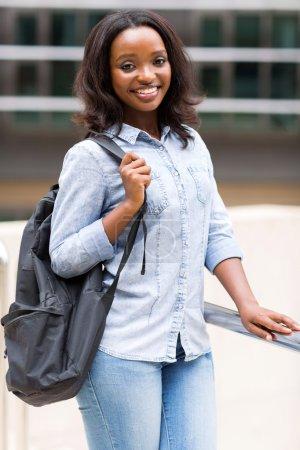 Photo pour Belle africaine femme étudiant américain avec sac à dos - image libre de droit