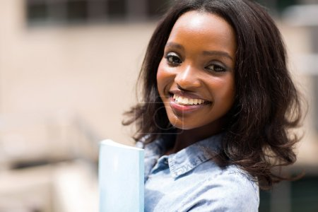 Photo pour Jolie étudiante universitaire afro-américaine souriante, gros plan - image libre de droit