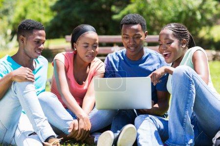 Photo pour Étudiants africains modernes utilisant un ordinateur portable - image libre de droit