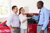 Předání nové auto klíčem k pár prodavač auta