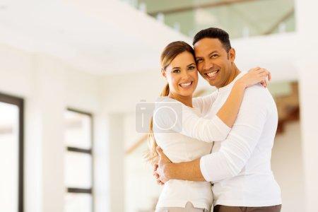 Photo pour Couple romantique embrassant dans la maison vide - image libre de droit