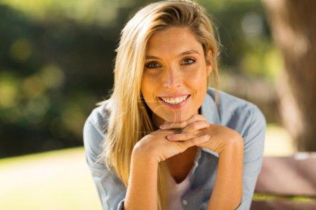 Foto de Retrato de una hermosa joven rubia sonriendo al aire libre - Imagen libre de derechos
