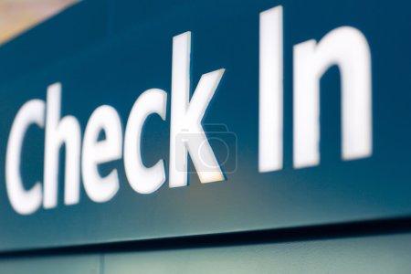 Photo pour Fermer le panneau d'enregistrement à l'aéroport - image libre de droit