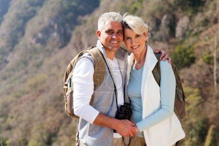 Photo pour Portrait de couple heureux randonnée en montagne d'automne - image libre de droit