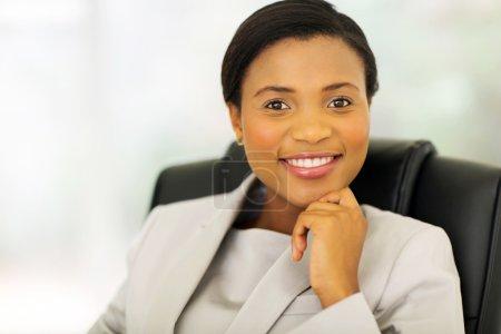 Foto de Muy africana empresaria sentado en oficina - Imagen libre de derechos