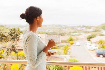 Photo pour Portrait de jeune femme africaine, boire du café à la maison - image libre de droit