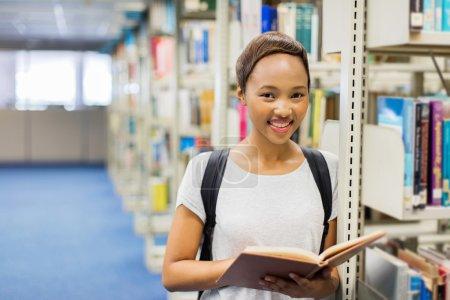 Photo pour Portrait de beau jeune étudiant de collège livre de lecture - image libre de droit