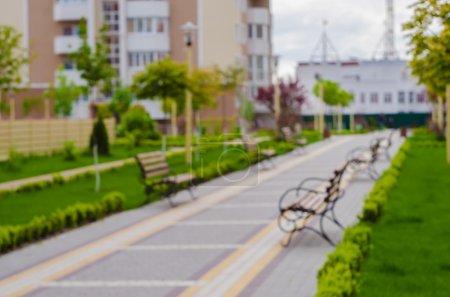 Photo pour Boke. Fond flou. Un nouveau complexe résidentiel avec ruelles verdoyantes. Le parc près de la maison. Complexe résidentiel Quartier Petrovsky - image libre de droit