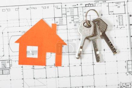 Photo pour Maison modèle sur le plan de construction pour la construction de logements avec des clés. Concept immobilier. - image libre de droit