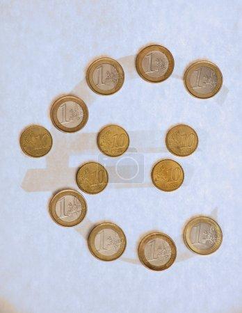 Foto de Ocho 1 monedas de Euro y las monedas de 5 10 Eurocent ordenados en forma del símbolo del Euro - Imagen libre de derechos