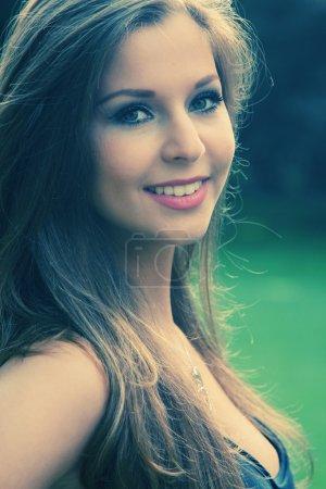 Photo pour Belle brune adolescente - image libre de droit