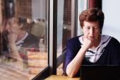 žena sedí s notebookem