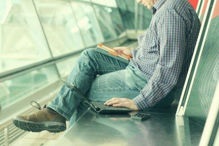 Hombre con teléfono móvil y tablet