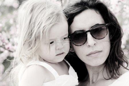 Foto de Retrato de feliz Madre amorosa y su hija al aire libre - Imagen libre de derechos