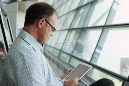 Photo pour Homme d'affaires élégant dans les lunettes à l'aide d'une tablette numérique - image libre de droit