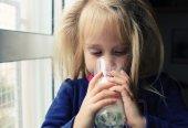Holčička s sklenici mléka